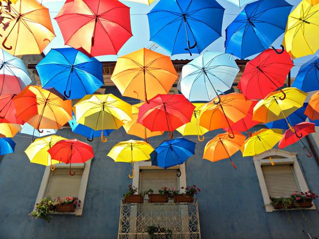 roomed-paraplu-straten-agueda-2